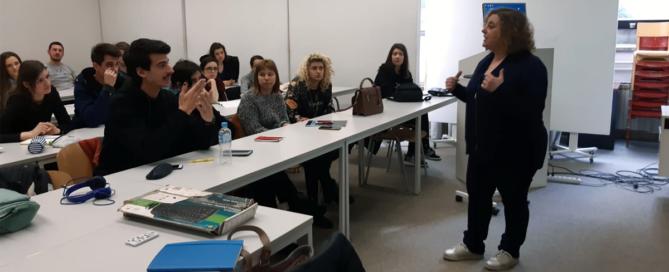 A profesora María Vázquez impartindo clase en Saraxevo