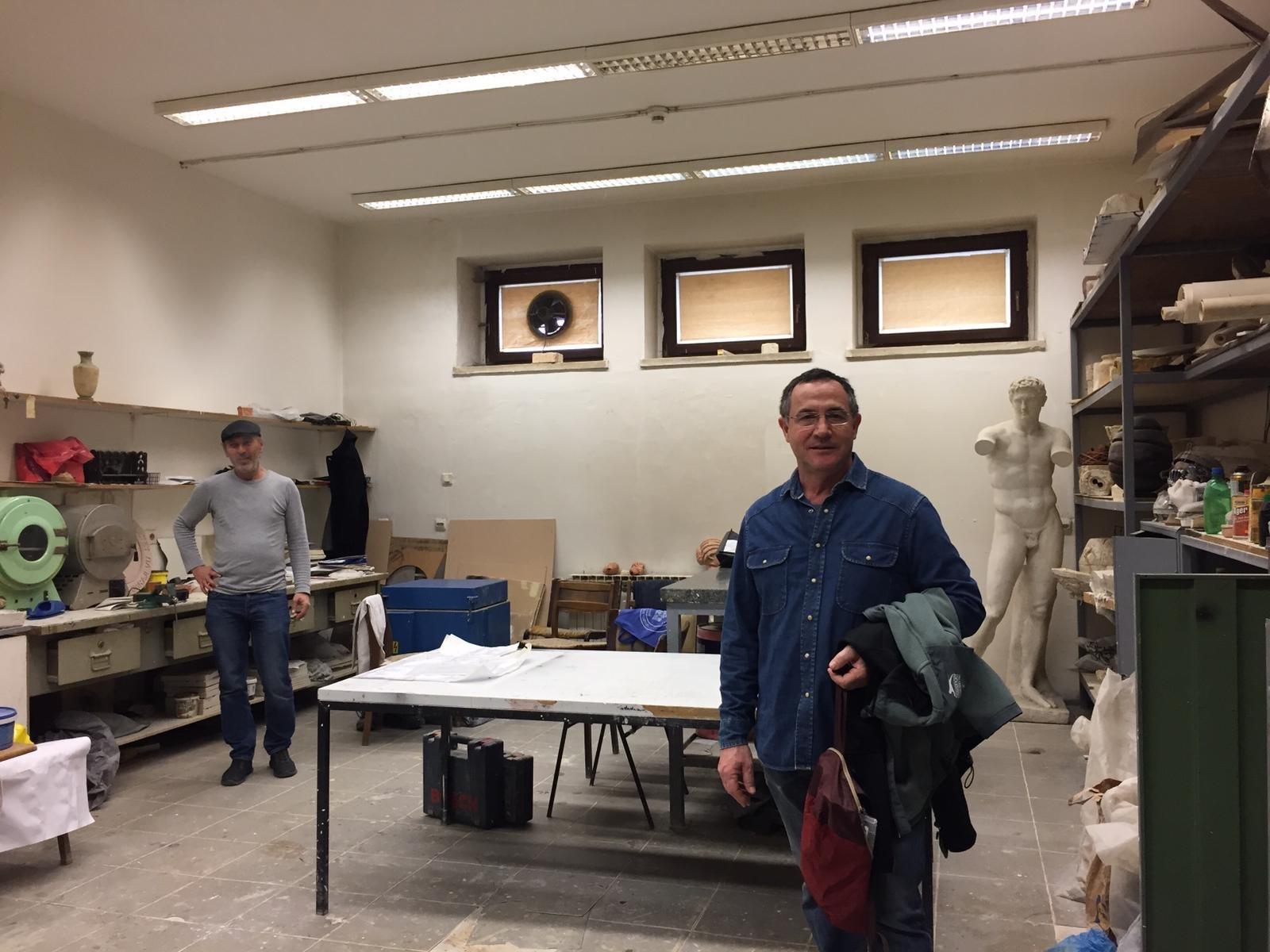 O profesor Agustín García Benito na aula de Escultura