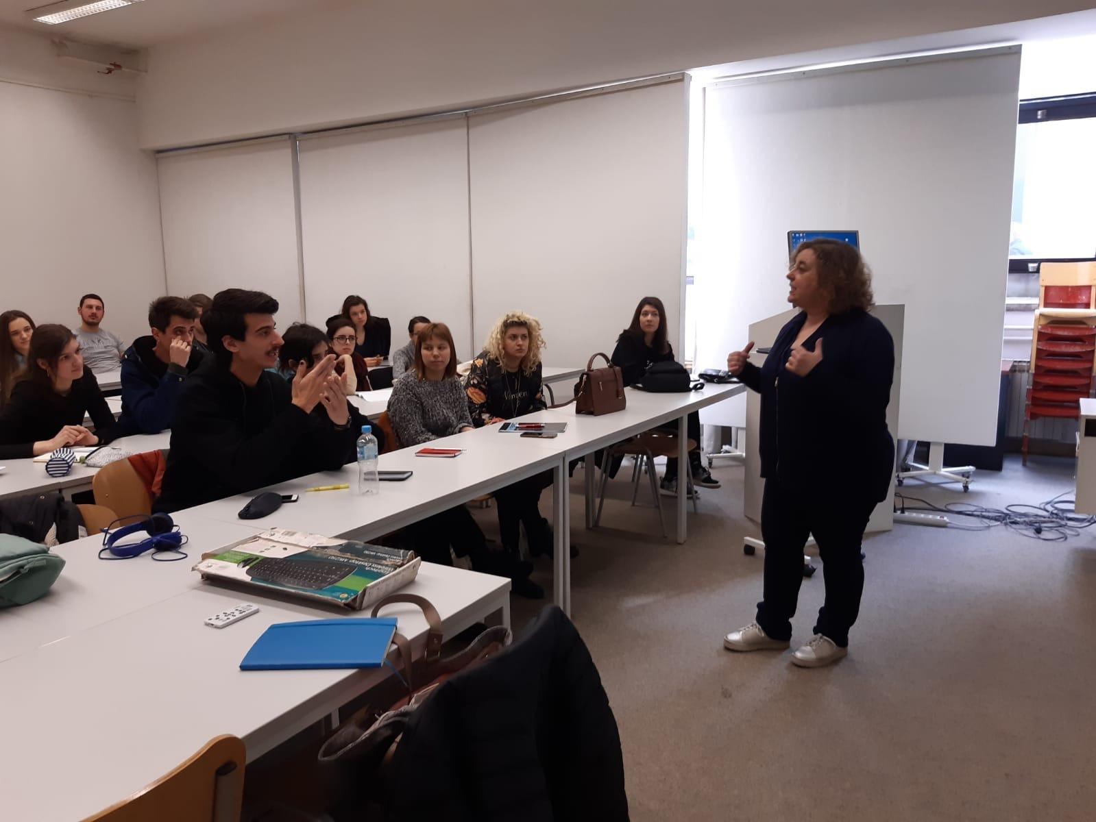 La profesora María Vázquez impartindo clase en Saraxevo